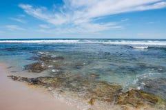 Praia azul dos furos: Recife e mar Fotografia de Stock