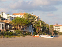 Praia, barcos e cidade Imagem de Stock Royalty Free