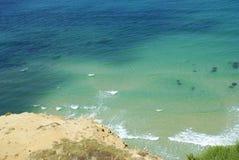 Praia bonita com água azul e a areia branca foto de stock