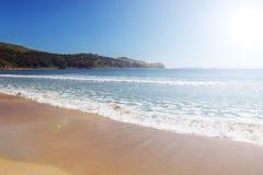 Praia bonita com água de turquesa e a areia branca em Rússia fotografia de stock