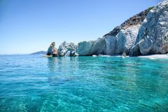 Praia bonita com água muito clara imagens de stock
