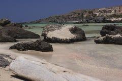 Praia bonita com a areia cor-de-rosa original em Elafonissi em Grécia Imagem de Stock Royalty Free