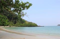 Praia bonita com Crystal Clear Ocean Fotografia de Stock