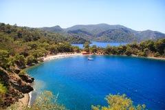 Praia bonita com iate Foto de Stock