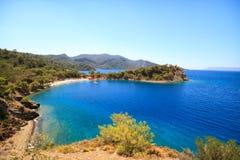 Praia bonita com iate Imagens de Stock Royalty Free