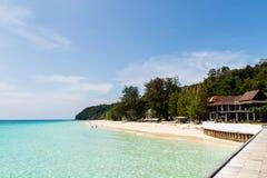 Praia bonita com mar claro Imagem de Stock