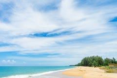 Praia bonita com o céu azul na praia do khao do MAI, Phuket, Thailan Fotografia de Stock Royalty Free