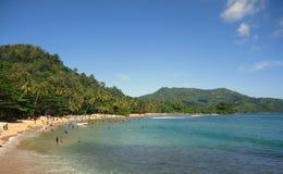 Praia bonita com o monte verde no fundo fotografia de stock