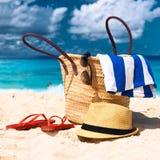 Praia bonita com o saco em Seychelles Imagem de Stock