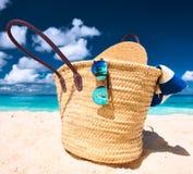 Praia bonita com o saco em Seychelles Fotos de Stock Royalty Free