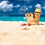 Praia bonita com o saco em Seychelles Fotografia de Stock