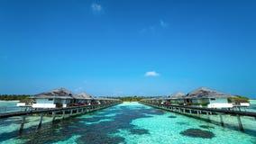 Praia bonita com os bungalows da água em Maldivas Imagem de Stock