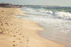 Praia bonita com pegadas na areia Fundo vazio do mar e da praia com espaço da cópia Praia do beira-mar Férias de verão e VAC Fotografia de Stock