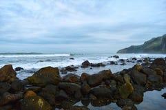 Praia bonita com rocha e ondas Fotos de Stock Royalty Free