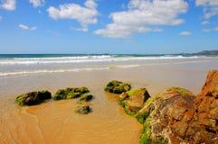 Praia bonita com rochas imagem de stock