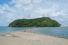 Praia bonita da baía e da península com as palmas em Koh Pha Ngan Fotos de Stock