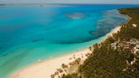 Praia bonita da vista aérea na ilha tropical Ilha de Daco, Filipinas, Siargao video estoque
