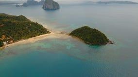 Praia bonita da vista aérea em uma ilha tropical Filipinas, EL Nido filme