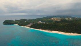 Praia bonita da vista aérea na ilha tropical Ilha Filipinas de Boracay filme