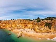 Praia bonita de Praia De Marinha Mais em Lagoa, o Algarve Portugal Vista a?rea em penhascos e em costa de Oceano Atl?ntico imagem de stock