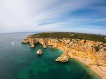 Praia bonita de Praia De Marinha Mais em Lagoa, o Algarve Portugal Vista a?rea em penhascos e em costa de Oceano Atl?ntico fotografia de stock