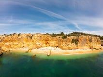 Praia bonita de Praia De Marinha Mais em Lagoa, o Algarve Portugal Vista a?rea em penhascos e em costa de Oceano Atl?ntico imagens de stock