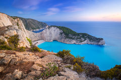 Praia bonita de Navagio na ilha de Zakynthos no por do sol Imagem de Stock Royalty Free