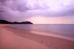 Praia bonita de Tailândia na manhã com nuvem Fotografia de Stock