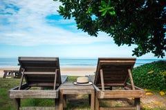 A praia bonita do fundo do verão tem o lugar do chapéu na tabela de madeira n Fotos de Stock Royalty Free