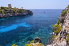 A praia bonita do pi de Cala em Mallorca, Espanha Foto de Stock