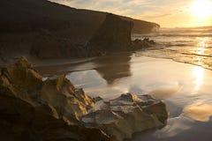 Praia bonita do por do sol foto de stock