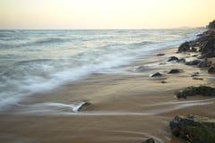 Praia bonita do por do sol no máximo Foto de Stock