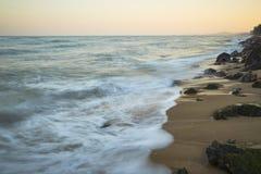 Praia bonita do por do sol no máximo Imagens de Stock