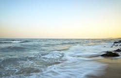 Praia bonita do por do sol no máximo Fotografia de Stock