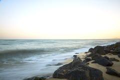 Praia bonita do por do sol no máximo Fotos de Stock