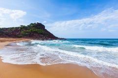A praia bonita e a areia vermelha ajardinam em um dia ensolarado, ao norte de Minorca, Cala del Pilar, Menorca, Balearic Island,  Imagens de Stock
