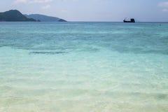 Praia bonita e mar tropical Fotos de Stock