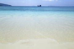 Praia bonita e mar tropical Imagens de Stock Royalty Free