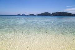 Praia bonita e mar tropical Imagens de Stock