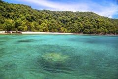 Praia bonita e mar tropical Imagem de Stock