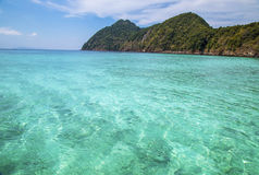Praia bonita e mar tropical Foto de Stock