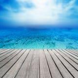 Praia bonita e mar tropical - Sandy Beach no dia ensolarado com imagem de stock