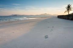 Praia bonita e pegadas da areia no tempo de manhã Fotos de Stock