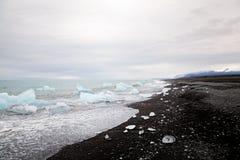 Praia bonita em Islândia sul com a areia e iceber pretos da lava Imagem de Stock Royalty Free