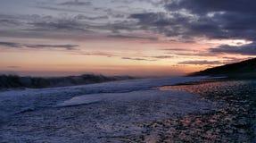 Praia bonita em Nova Zelândia durante o por do sol Fotografia de Stock