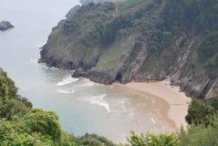 Praia bonita na forma de uma angra imagem de stock royalty free