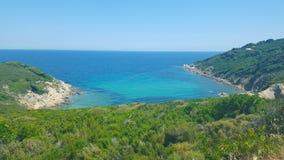 Praia bonita na ilha de Skiathos em Grécia, dia de verão ventoso fotos de stock