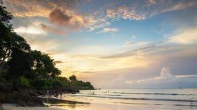 Praia bonita no por do sol Fotos de Stock