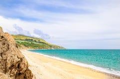 Praia bonita pelo zurro na Irlanda fotos de stock royalty free