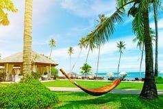 Praia bonita Rede entre duas palmeiras na praia H Foto de Stock Royalty Free